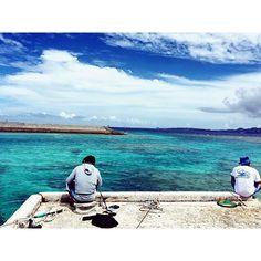 【mana.u1979】さんのInstagramをピンしています。 《The 島時間🕒 右のおじ様、途中で「船長〜お客さん待ってます〜」🙋🏻って呼ばれてた。  えっ!!仕事中だったの??😂 いいなぁ。この心の余裕😊  #沖縄 #okinawa #okinawalife #happylife #happysmile #沖縄フォト祭り #沖縄好きな人と繋がりたい #海好きな人と繋がりたい #sea #ocean #sky #blue #fishing #beautifulplace #photo #insta #instagood #igphoto #ig_japan #igで繋がる空 #海 #空 #青 #釣り #ダレカニミセタイソラ #ダレカニミセタイケシキ  沖縄:水納島》