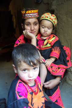 https://flic.kr/p/z11TX | kalash family | Kalasha mother enjoys the festival from her balcony.