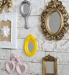 Brincando com espelhos: Espelhos são o melhor amigo de um decorador, e com razão! Se bem localizados, aumentam pontos de vista, ampliam espaços pequenos e acrescentam glamour à composição. Imagine quando você aposta em um item com design especial?