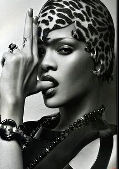 Robyn Rihanna Fenty, meglio nota come Rihanna ( Saint Michael, 20 febbraio 1988), è una cantante, attrice e modella barbadiana, prima artista della sua nazione a vincere un Grammy Award. Si è trasferita negli Stati Uniti d'America all'età di 16 anni grazie a un contratto discografico, sotto la guida di Evan Rogers.