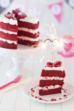 fetta-red-velvet-cake-candela-cuore-scintillante-heart-sparklers Birthday Desserts, Fun Desserts, Birthday Cake, Red Cake, Valentine Cake, Cake Photography, English Food, Daily Meals, Baking Tips