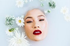 20 Beauty secrets you have to know to get that clear and glowing skin we all want. Read on to know all of these fascinating beauty tips! Peeling Creme, Chemisches Peeling, Organic Skin Care, Natural Skin Care, Natural Health, Dermaroller, Belleza Diy, Easy Spells, Milk Bath Photography