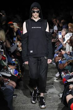 See all the Collection photos from Ktz Spring/Summer 2017 Menswear now on British Vogue Vogue Paris, Fashion Show, Mens Fashion, Fashion 2017, Fashion Styles, All Black Outfit, Black Outfits, Normcore, Menswear