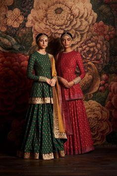 Indian fashion has changed with each passing era. The Indian fashion industry is rising by leaps and bounds, and every month one witnesses some new trend o Indian Attire, Indian Ethnic Wear, Lehenga Designs, Pakistani Outfits, Indian Outfits, Indian Clothes, India Fashion, Asian Fashion, Fashion Men