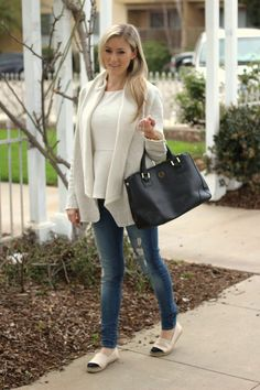 Tory burch espadrilles jeans and denim looks espadrilles out Fall College Outfits, Casual Fall Outfits, Spring Outfits, Tory Burch, Chanel Espadrilles Outfit, Casual Chic, Fashion Vestidos, Neutral Outfit, Distressed Skinny Jeans