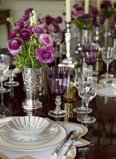 Dinner Table Design Trends That Add Romance On Valentine's Day 49 Table Arrangements, Floral Arrangements, Table Violet, Dresser La Table, Entertainment Table, Beautiful Table Settings, Elegant Dining, Deco Table, Vintage Modern