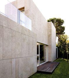 Private villa @ Forte dei Marmi, Italy by Lissoni Associati Stone Cladding Exterior, Cladding Design, Exterior Tiles, Stone Facade, Facade Design, House Design, Interior Design Toilet, Stone Houses, Facade Architecture