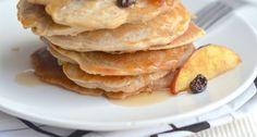 Een recept voor gezonde havermout pannenkoeken met appel en rozijnen.