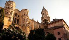 Er is veel te zien in #Malaga. De kathedraal is één van de bezienswaardigheden die zeker de moeite waard is om te bezoeken. De voorgevel is prachtig, maar ook het interieur van deze kerk heeft vele mooie details. De bijnaam van de kathedraal is 'La Manquita' (éénarmige dame) een verwijzing naar de 2e toren die vanwege geldgebrek nooit is afgebouwd.