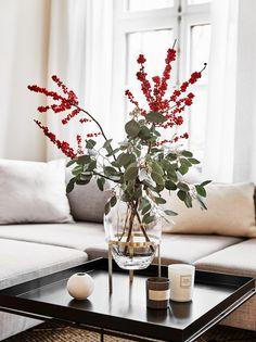 Duftkerzen und frische Blumen oder Zweige dürfen in keinem Zuhause fehlen. Nicht nur Blogger und Influencer lieben diese tolle Vase von NORDSTJERNE! Auch wir sind begeistert von der anmutenden Form der Glasvase Ladina. Ein absolutes It-Piece für Dein Wohnzimmer! // Wohnzimmer Vase Blumen Kerzen Duftkerze Sofa Kissen Ideen #WohnzimmerIdeen #Vase #Blumen #Sofa
