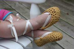http://mamasmolonas.com/sandalias-de-crochet-para-bebes/   Crochet bebé sandalia, el Ballet Flat-Oro