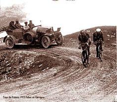 Tour de France 1913. 19-07-1913, 11^Tappa. Grenoble - Ginevra. Col du Galibier. François Faber (1887-1915) e Gustave Garrigou (1884-1963) all'inseguimento dell'imprendibile Marcel Buysse (1889-1939)