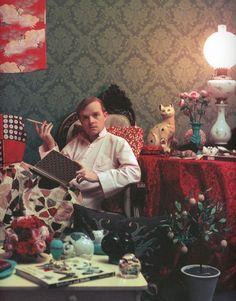 Truman Capote en su casa de Brooklyn en 1958. Fotografía de Silm Aarons