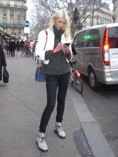 """Meninas(os), que correria! Mas que ótimo, pois estamos em Paris e queremos dividir com vocês o máximo possível. Bom, chegamos na sexta-feira à tarde e quase perdemos o desfile da Isabel Marant! Tiramos rapidamente algumas fotos da """"muvuca"""" da entrada, algumas fotos da passarela e também de algumas convidadas na porta do desfile. Gente como …"""