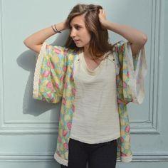 Coudre un kimono : simple comme konichiwa Kimono Diy, Look Kimono, Gilet Kimono, Kimono Coat, Sewing Clothes, Diy Clothes, Clothes For Women, Kimono Fashion, Diy Fashion