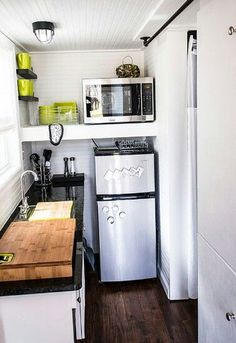 14 tricks for maximizing space in a tiny kitchen urban - Decoracion cocina pequena apartamento ...