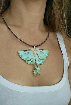 Prachtige sieraden van de limoen-groene. De vlinder Actias luna is daarmee een van de grootste vlinders in Noord-Amerika. Deze perfecte boho sieraden gemaakt van polymeerklei. De ketting u met de lederen koord krijgt, dus kies de lengte.  De grootte van de vlinder is 2,36 inch Zal je deze zomer sieraden
