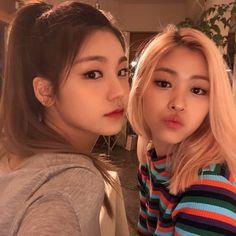 Yeji itzy and Ryujin itzy😙😭 Kpop Girl Groups, Korean Girl Groups, Kpop Girls, Loona Kim Lip, Mode Rose, Jennie Blackpink, Indie Kids, Seulgi, Ulzzang Girl