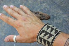 bracelet tissé main en macramé avec motifs couleurs : marron/beige type de fil : polyester ciré (très resistant) type dattache : 4 noeuds coulissants piece uneique entierement réalisé main