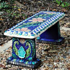 Скамейка, декорированная мозаикой.