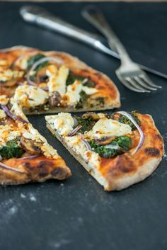 Spinach, mushroom & goat cheese no-knead pizza