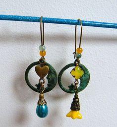 Boucles d'oreilles dormeuses, métal bronze, perle nacrée, perles jade, lucite, jaune, bleu, pièce unique : Boucles d'oreille par francesca