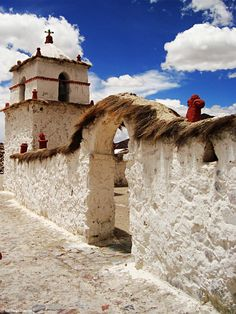 Iglesia de Parinacota.  Parinacota (aimara: parinaquta, 'laguna de parinas')? es una localidad ubicada en la comuna de Putre, Provincia de Parinacota, perteneciente a la Región de Arica y Parinacota, al norte de Chile.