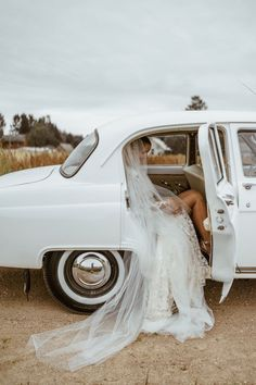We can't get enough of this vintage-inspired + old Hollywood style bridal shot | Image by Elina Upmane Photography