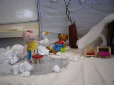 """Detail van thema: """" kikker in de Kou"""" meubels van het poppenhuisje. Varkentje schaatst achter een stoel"""