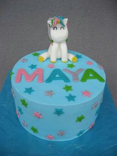 Hallo ihr Lieben,  diese Torte durfte ich diese Woche für die kleine Maya zu ihrem 6. Geburtstag machen. Die kleine Maus ist ein totaler Einhorn-Fan und daher war das Motiv für die Torte schnell klar. <3  Unter dem Fondant versteckt sich ein Vanille-Rainbow-Cake mit einem Smarties-Überraschungsfach. Die Augen der Kleinen haben so geleuchtet. Ich liebe es immer wieder.