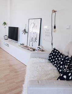 Schöner Wohnen Wandfarbe. Wandgestaltung. Wohnzimmer im skandinavischen Stil einrichten. Wohnzimmer Ideen. DIY Wandhaken aus Holz selber machen. Einfache DIY-Anleitung. Bastelidee mit Holz. Lampenhalter selber machen.