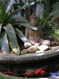 Uma imagem de Buda está posicionada junto ao espelho d'água com carpas. O paisagista João Jadão criou um jardim para o relaxamento em uma casa localizada em Alphaville, na Grande São Paulo, SP, Brasil.  Fotografia:  Divulgação / Casa e Decoração / UOL Mulher.