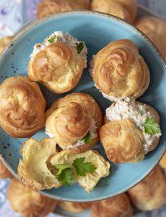 Op de Antillen maken we soesjes het liefste met kip of tonijnvulling. Zó lekker! Party Finger Foods, Party Snacks, Dutch Recipes, Jamaican Recipes, Caribbean Recipes, Kitchen Recipes, Meals For One, High Tea, Tapas