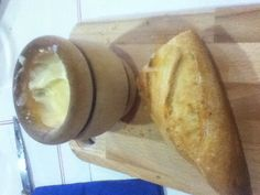 Pan con salsa de ajo. Bread, Food, Garlic Sauce, Bread Recipes, Sauces, Spanish Cuisine, Brot, Essen, Baking