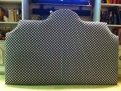 Uma maneira de gastar pouco para ter uma cabeceira para sua cama é reciclando papelão. Com manta acrílica e tecido, ninguém vai perceber qu...