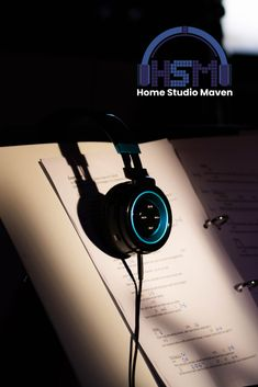 Nothing beats wearing headphones with great aesthetic while you are strolling or headphone aesthetic Best Studio Headphones, Computer Headphones, Music Studios, Home Studio Music, Music Aesthetic, Listening To Music, Good Music, Beats, 3c