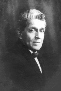 """Ernesto Nazareth (RJ, 1863-1934).Filho de família bastante modesta, aluno aplicado de piano, embora não fosse um compositor visceralmente popular (na sua obra é notável a influência de compositores europeus, notadamente Chopin), foi quem formatou as características da música nacional, quem estabeleceu seus princípios rítmicos e melódicos, através de músicas como """"Brejeiro"""", """"Apanhei-te cavaquinho"""" e """"Odeon"""", clássicos do repertório chorístico."""
