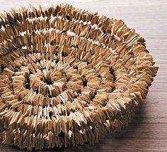 Trabalhos em barro, fibra, papel, madeira, sementes e bordados.
