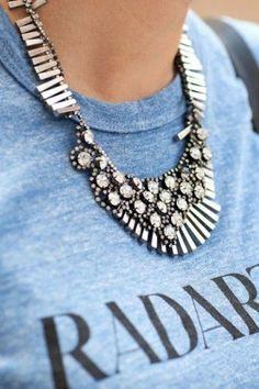 gros collier fantaisie, t-shirt en bleu clair avec citations