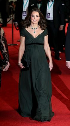 Kate Middleton Photos - Catherine, Duchess of Cambridge attends the EE British Academy Film Awards (BAFTA) held at Royal Albert Hall on February 2018 in London, England. - The Duke and Duchess of Cambridge Attend the EE British Academy Film Awards Moda Kate Middleton, Style Kate Middleton, Kate Middleton Outfits, Kate Middleton Photos, Maternity Fashion, Maternity Dresses, Maternity Style, Vestidos Chiffon, Duchesse Kate
