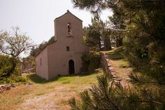 A medieval XIth century medieval church in the Esparon hamlet. #bastideesparon