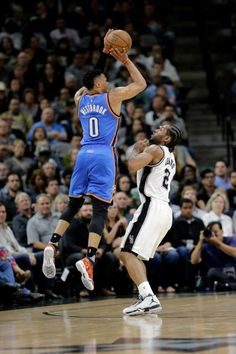 Oklahoma City Thunder guarda Russell Westbrook (0) tenta uma cesta de três pontos sobre o San Antonio Spurs 'Kawhi Leonard (2) durante a segunda metade no jogo 2 da segunda rodada da NBA séries de basquete playoff, segunda-feira 2 maio, 2016, no Santo António.  (AP Photo / Eric Gay) Foto: Eric Gay, Associated Press / AP