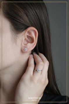 Diese zeitlos eleganten Ohrringe aus Weißgold sind ein Must-Have in der Schmuckkollektion jeder Frau! Ob zum Abendkleid oder im Alltag - diese Ohrstecker mit Brillanten finden bei jedem Anlass Gebrauch!
