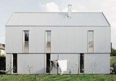 Mehr puristische Moderne? - Häuser des Jahres 2017 ausgelobt Architecture Design, Modular Housing, Metal Cladding, Tin House, Rural House, Exterior Makeover, Corrugated Metal, Metal Buildings, Gable Roof
