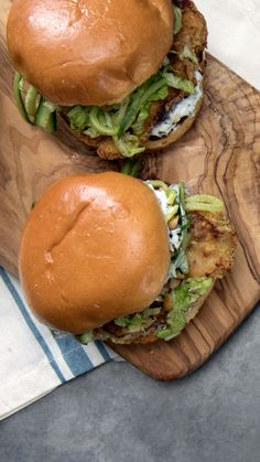 This oven-fried chicken sandwich made with yogurt sauce and cucumber slaw packs deep-fried flavor. This oven-fried chicken sandwich made with yogurt sauce and cucumber slaw packs deep-fried flavor. Chicken Sandwich Recipes, Fried Chicken Sandwich, Oven Fried Chicken, Burger Recipes, Popeyes Chicken, Chicken Sauce, Tandoori Masala, Tomato Cream Sauces, Tomato Soup