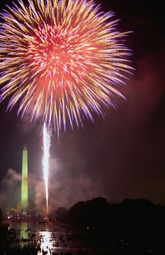 Fireworks above Washington Monument on 4th of July by Lonely Planet