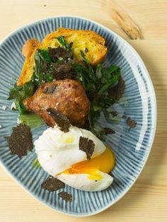 Weg vom klassischen Osteressen geht es auch österlich vegetarisch: pochierte Eier auf bunten Kartoffelkroketten und knuspriger Bruschetta in einem schwarzen Trüffelsturm.