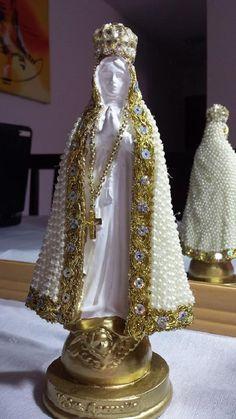 Nossa Senhora Aparecida, com manto revestido em pérola, em gesso, com altura de 20 cm