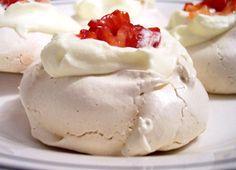 Basic meringue, Italian meringue and Swiss meringue. Just Cakes, Cakes And More, Pavlova, Sweets Recipes, No Bake Desserts, Venezuelan Food, Latin American Food, Buttercream Filling, Savarin