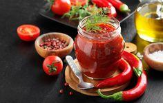 Vyrobte si domácí rajčatový protlak: jde to i bez soli a přidaného cukru | Dům a zahrada - bydlení je hra Spicy Sauce, Teriyaki Sauce, Fish Sauce, Hot Sauce, Tabasco Pepper, Old Bottles, Homemade Sauce, Tortilla Chips, Sauce Bottle